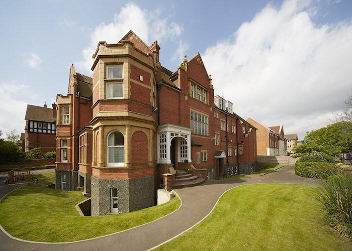 Tabara Earlscliffe College: Global English / Mini MBA